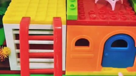 佩奇在房顶上玩耍,猪爸爸偷吃鸡腿,被猪妈妈发现打了