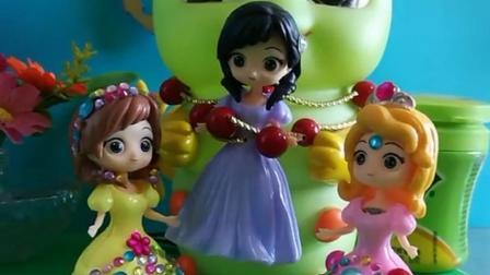 苏菲亚和爱丽丝在聊天,爱莎被糖宝抓起来了,皇后来了