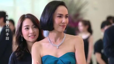 狐狸精开衩裙出席晚会,不料原配一件白色长裙,艳压全场!