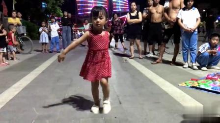 4岁女孩跳广场舞 -《你莫走》