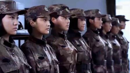 女兵宿舍藏化妆品被发现,不料连长让她们全涂脸上,太逗了
