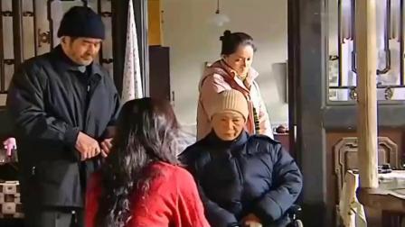 为方便照顾瘫痪的岳母,穷女婿一家搬来住,岳母却不领情