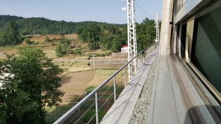 20200516 075940 阳安线客车8361次列车通过青羊驿站(原)西大桥