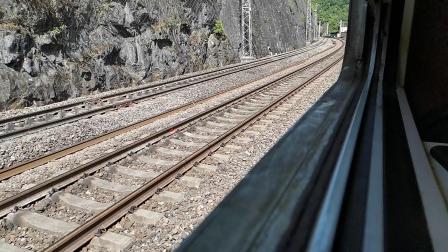 20200516 101506 宝成线客车6064次列车与货车同时出乐素河站