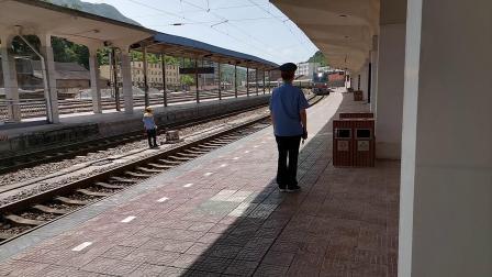 """20200516 150801 宝成线客车6063次列车进略阳站,本务SS7D0051""""先锋号"""""""