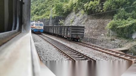 20200516 161604 宝成线客车6063次列车高潭子站交汇SS4货列
