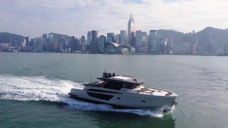 Bluegame BGX70航行在香港维多利亚港