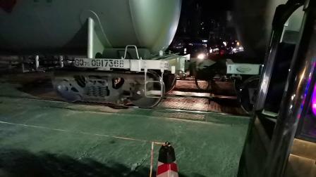 20200603 215454 汉中站油库线DF7C油罐专列通过道口进站(续)