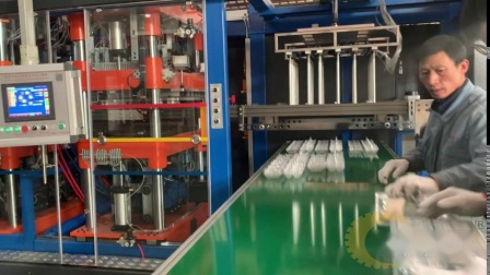 厂家来不及提走正负压机器,在工厂现场生产鸡蛋托