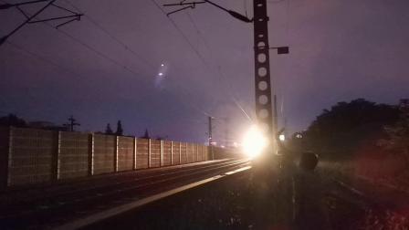 20200610 203925 阳安线工程车出汉中站,远处西成高铁D1948次列车进汉中站