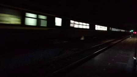 20200611 210744 阳安线客车K205次列车通过王家坎站
