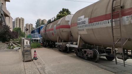 20200614 145020 汉中站油库线DF7C推油罐专列通过道口进油库