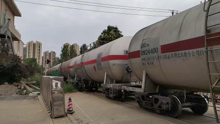 20200614 144329 汉中站油库线DF7C推油罐专列通过道口进油库