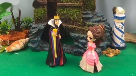 贝尔把白雪公主关了起来,王后向贝尔打探消息,王后来放白雪出去
