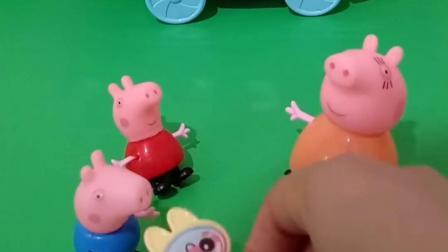 小猪佩奇和乔治考完试了,猪妈妈准备了糖果,要送给小猪呢