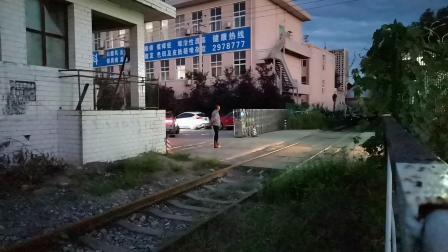 20200712 202628 DF7C推油罐专列进汉中站油库线