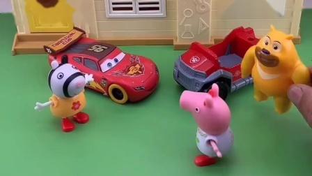 小猪佩奇放学,不坐小伙伴的车,猪妈妈骑自行车来接佩奇