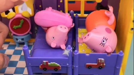猪妈妈让佩奇睡觉,佩奇不需要,让猪妈妈睡觉