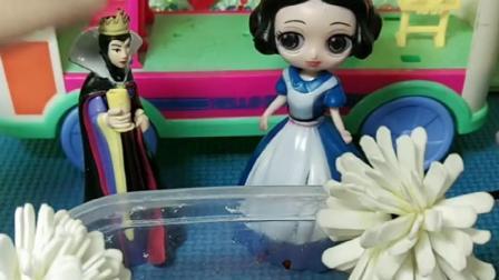 皇后对白雪这么好,给白雪准备洗澡水和花瓣,白雪很开心啊