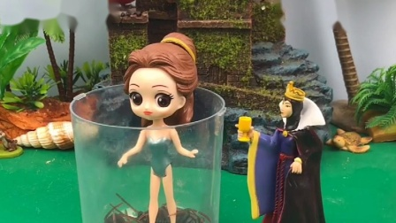 王后把贝尔关起来,贝尔总是欺负白雪,贝尔公主说王后老糊涂