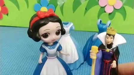 皇后很开心,让白雪贝儿她们来,选一下衣服了