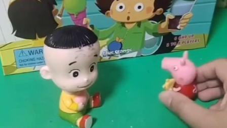 小猪佩奇打不开玩具,大头帮佩奇打开,佩奇和大头一起玩