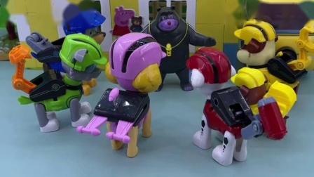 熊大叔帮助小力,小力的爸爸感谢熊大叔,熊大叔还以为怎么了!