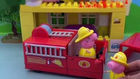 猪妈妈和佩奇去救乔治,乔治被困在卫生间,猪妈妈身起梯子!
