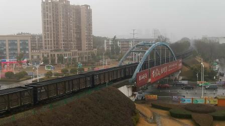 【火车视频】安徽港口物流DF5 1533牵引电煤列车通过天桥