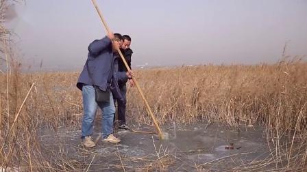 钓鱼的人:冰上钓者