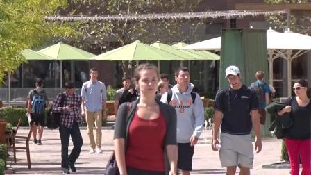 前RIT校长带学生游览校园