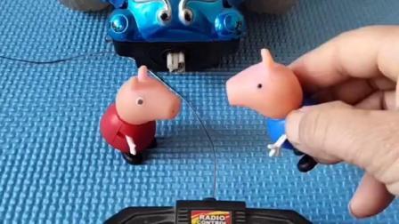 小猪佩奇发现乔治哭了,原来乔治的玩具不能玩,佩奇帮乔治修