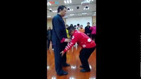 傅清泉讲起式怎样才能站稳 坐腕下按力达指尖掌略斜  腿不能弯  自然站立放松