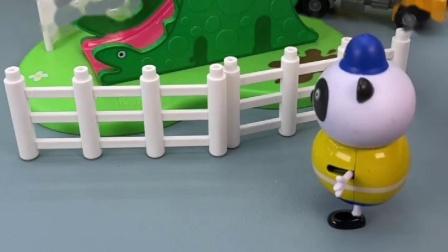 乔治想玩滑梯,可是还没修好呢,早知道听他的了