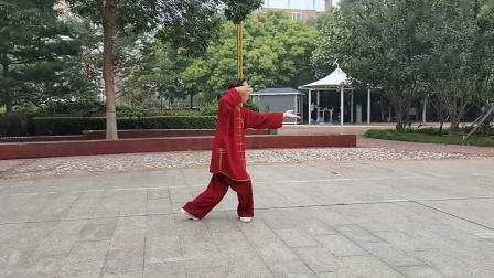 祝国玺习练国家规定套路24式太极拳