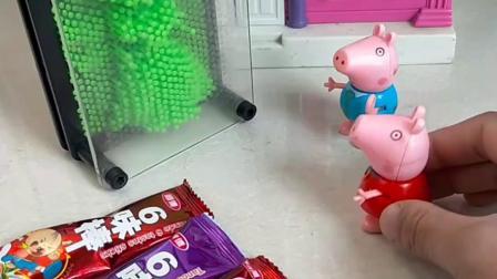 弟弟乔治和小猪佩奇玩捉迷藏,叫了一声姐姐,就被佩奇找到啦