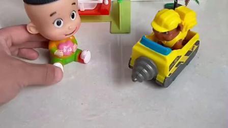 小猪乔治有零食,汪汪队小砾有小汽车,都被大头儿子拿走了