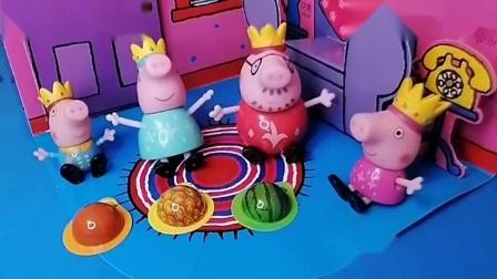 小猪佩奇一家都喜欢吃零食,猪爸爸猪妈妈陪着小猪,很开心呢