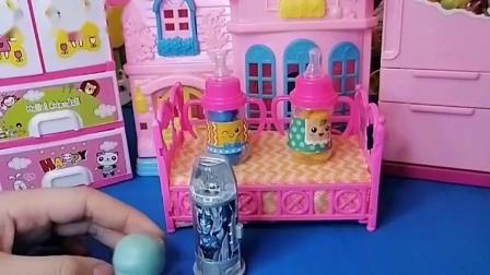 小僵尸拿了奥特曼的玩具,还和奥特曼去买吃的,和小朋友去玩