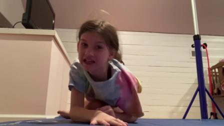 可爱女孩练习体操