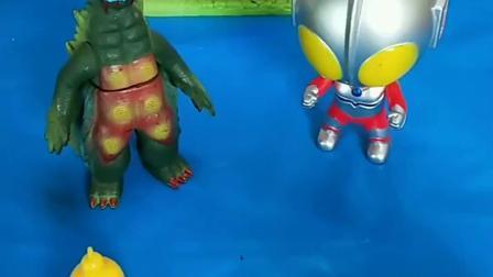 奥特曼小时候去找怪兽玩,等它们都长大以后,都变的很强大呢