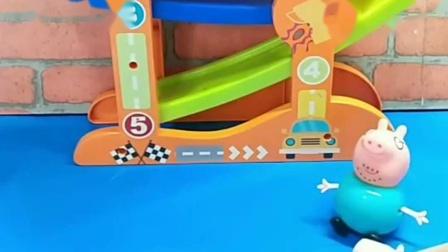 小猪乔治的汽车丢了,猪爸爸陪小猪一起去找,是在小鳄鱼那里呀