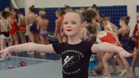 可爱俄罗斯女孩体操表演