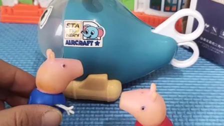 小猪佩奇买了文具,乔治不相信,以为是玩具
