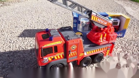 今天玩具消防车紧急警出,原来不远处,有一个地方汽车掉水坑里了