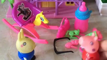 佩奇和瑞贝卡在玩过家家,小猪乔治也想加入游戏,当小弟弟吧