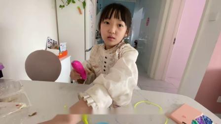 三八妇女节,晨妤用打印笔为妈妈做了一副爱心眼镜,妈妈好喜欢
