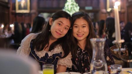 国际寄宿生在剑桥大学里举行的年度圣诞节晚宴