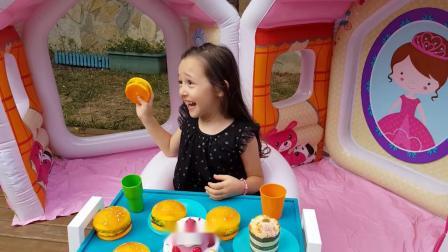 小萝莉玩玩具屋,姐姐骑车捣乱,小萝莉最后还是让姐姐进玩具屋啦