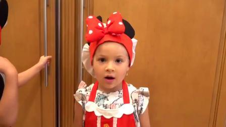 国外儿童时尚,小女孩跟哥哥正在玩气球,准备装饰什么呢